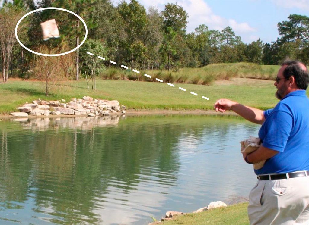 Hombre tratando un lago con Aqua-T
