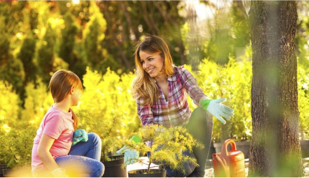 Mujer y niños en jardín
